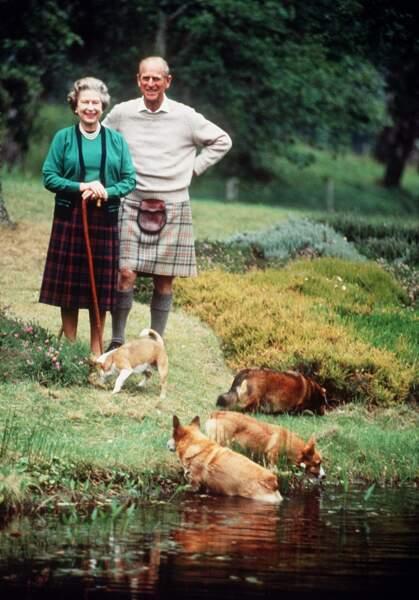 La reine Elisabeth et le duc d'Edimbourg adorent se balader à Balmoral en Écosse avec leurs corgis !