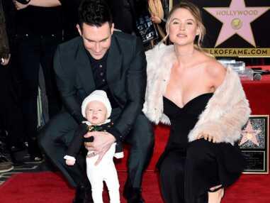 Craquant ! Adam Levine et son épouse posent avec leur bébé pour la première fois