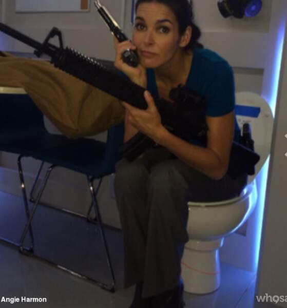 Angie est une femme comme les autres : elle va aux cabinets... mais toute habillée !