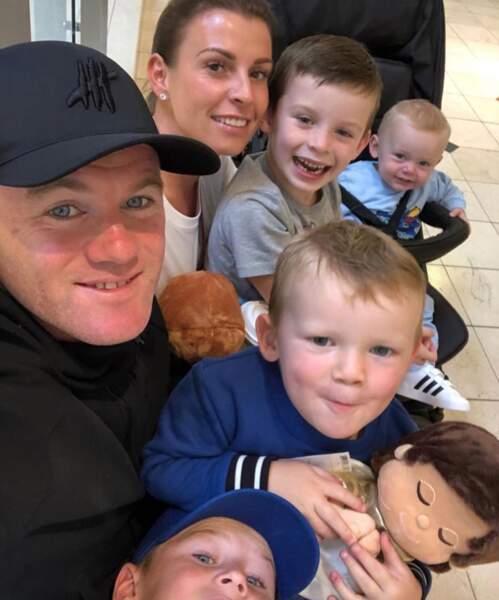 Pendant ce temps-là, Wayne Rooney posait avec son énorme tribu.