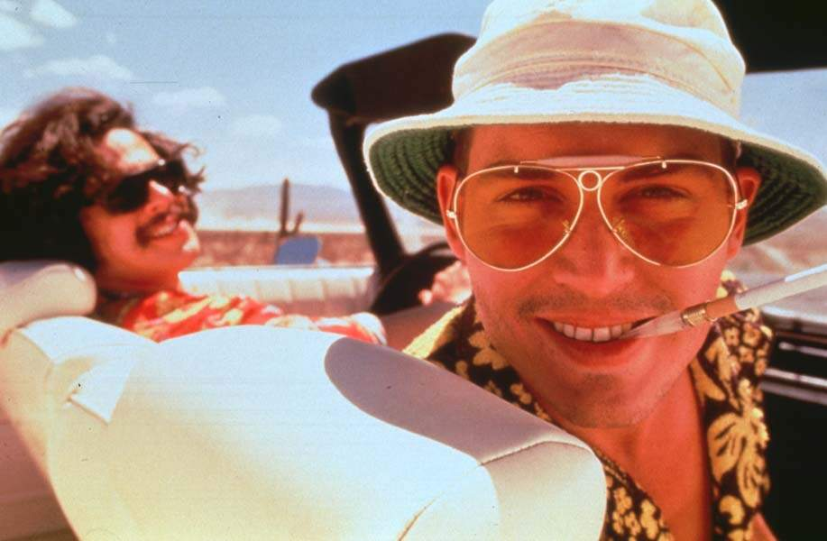 Affublé d'une chemise à fleurs, d'un bob et d'une paire de lunettes de soleil dans Las Vegas Parano (1998)