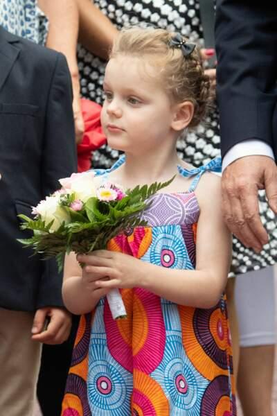 Gabriella est aussi fière de son bouquet que sa magnifique robe