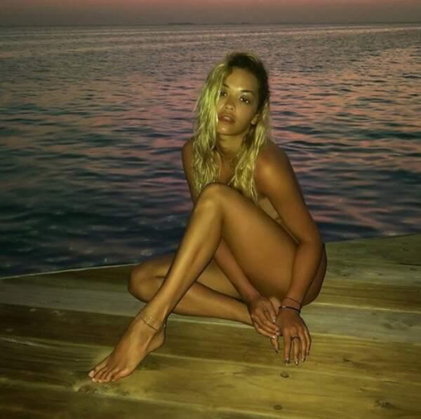 Et Rita Ora, elle, préfère carrément traîner en tenue d'Eve.