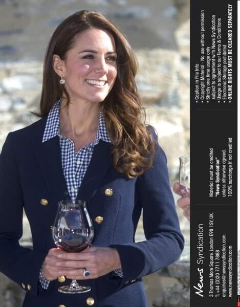 Classique et chic, Kate Middleton rayonne dans sa chemise à carreaux bleus et blancs, en Nouvelle-Zélande en 2013