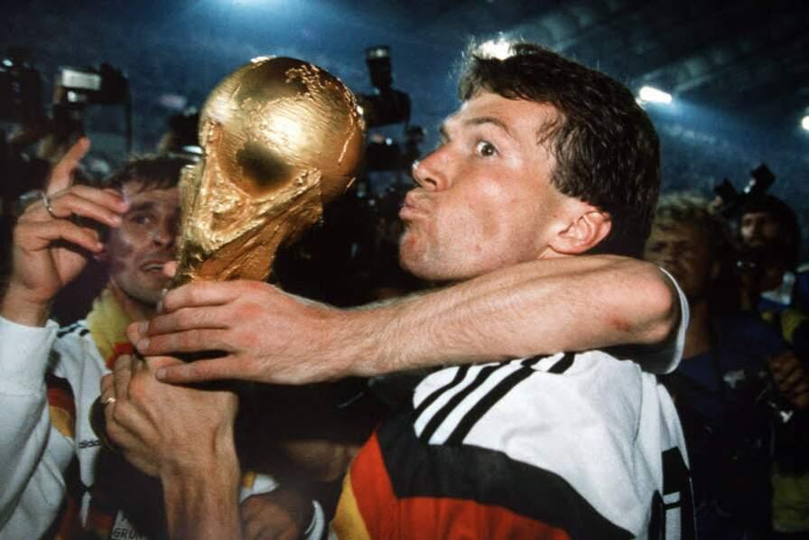 1990 - Lothar Matthäus, capitaine de la RFA qui a gagné face à l'Argentine