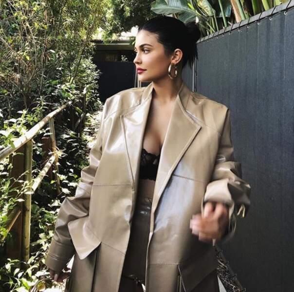 Kylie Jenner a oublié de mettre un chemisier.