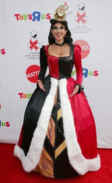 Heureusement, le costume de Teri Hatcher est plus évident, on peut reprendre nos esprits !