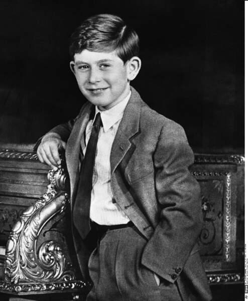 Destiné à succéder à sa mère, la reine Elisabeth II, il pose royalement à 9 ans