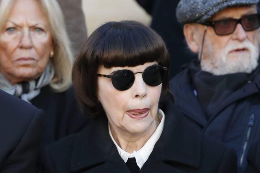 Mireille Mathieu dissimulée derrière ses lunettes noires