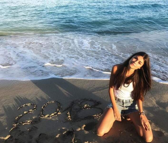 Linda Morselli pose à la plage