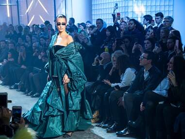 Bella Hadid dévoile un téton à la Fashion Week