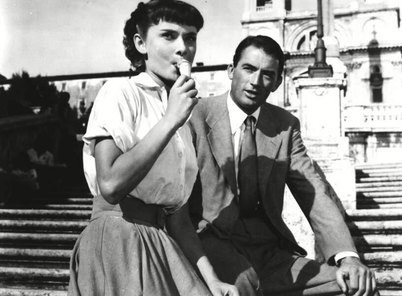 Dans Vacances romaines (1954), Gregory Peck, le reporter, tombe amoureux d'Audrey Hepburn, la princesse