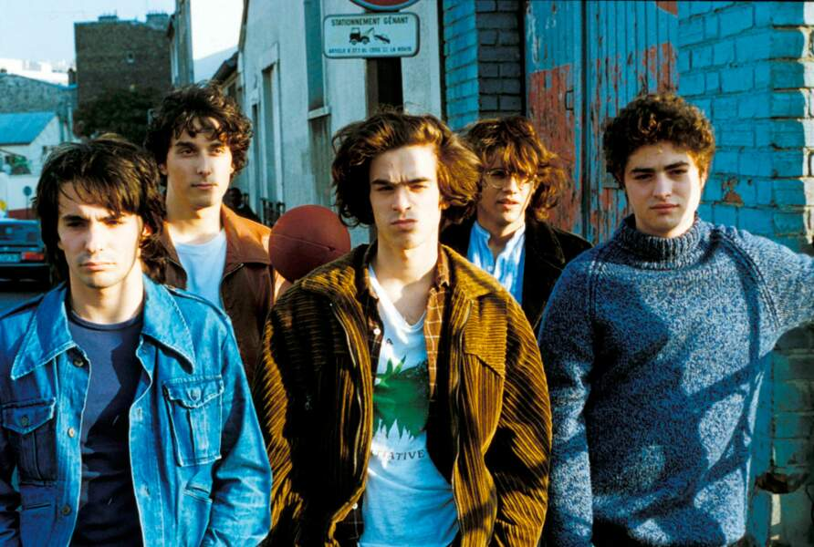 Tignasse rebelle et veste en velours côtelé, Romain Duris est Tomasi dans Le péril jeune (1994)