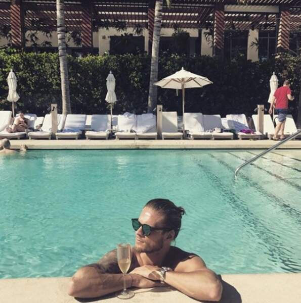 Rurik Gislason prend du bon temps à la piscine