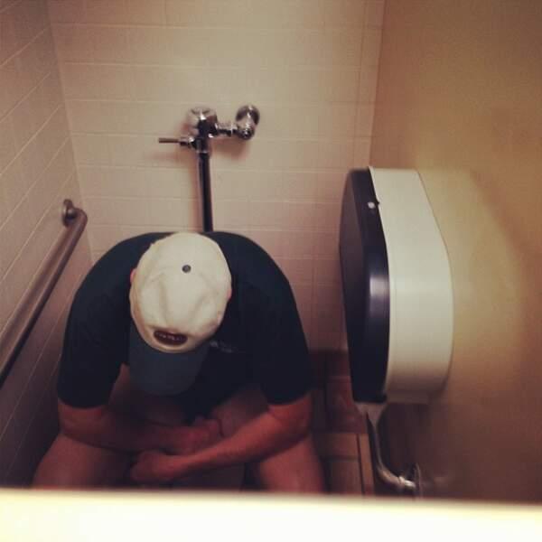 On l'a fait au lycée. À 23 ans, il prend encore des photos par-dessus la porte des toilettes.