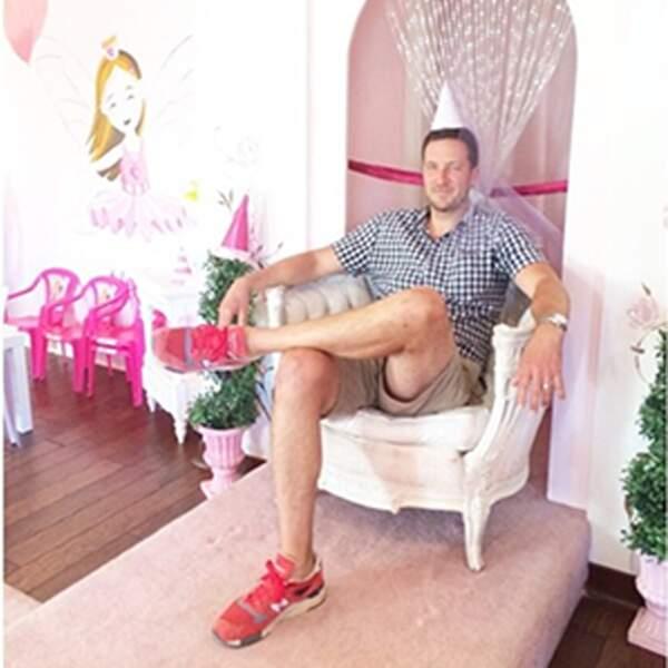 Bradley, le papa, est tellement parfait, qu'il n'hésite pas à devenir une princesse pour sa fille