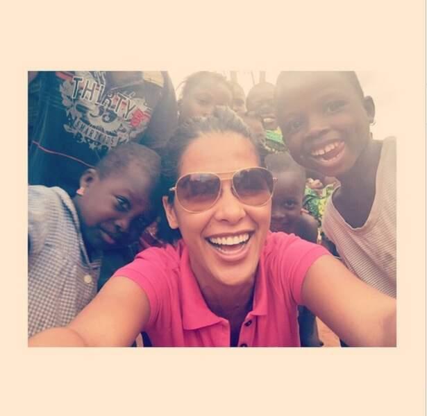 Pendant ce temps, Ayem est au Bénin pour s'occuper de son association
