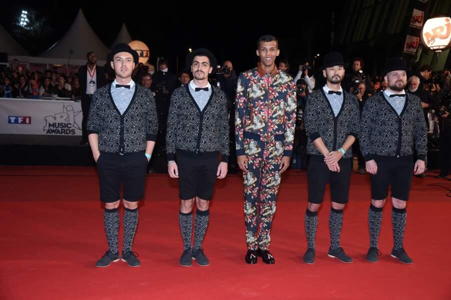 Stromae et sa petite troupe de chanteurs a capella sur le tapis rouge des NRJ Music Awards