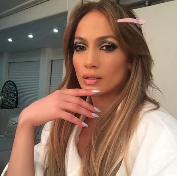 On continue avec Jennifer Lopez, toujours beaucoup trop maquillée
