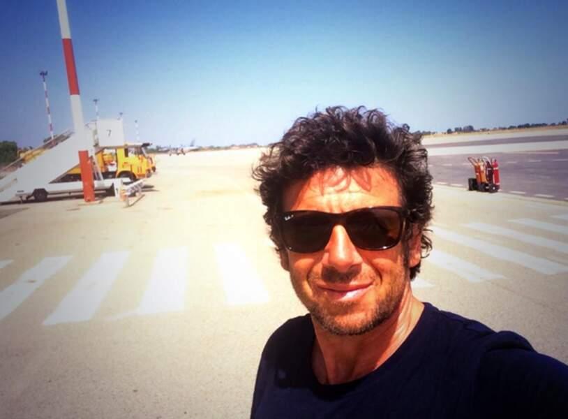 Patrick Bruel, pendant ce temps, fait un selfie sur une piste de décollage (un peu dangereux, non ?)