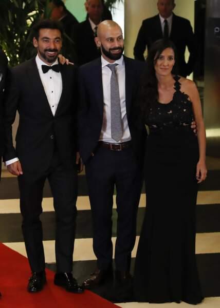 L'ex-joueur du PSG Ezequiel Lavezzi pose avec Javier Mascherano et la femme de celui-ci, Fernanda Moreno