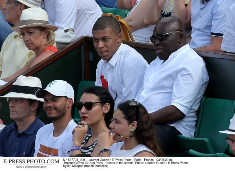 L'attaquant parisien toujours très classe en chemise blanche...
