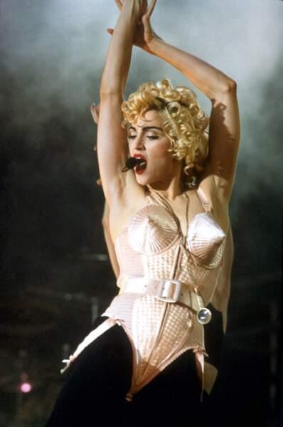 Elle retrouve sa coupe iconique durant le Blonde Ambition tour en 1990