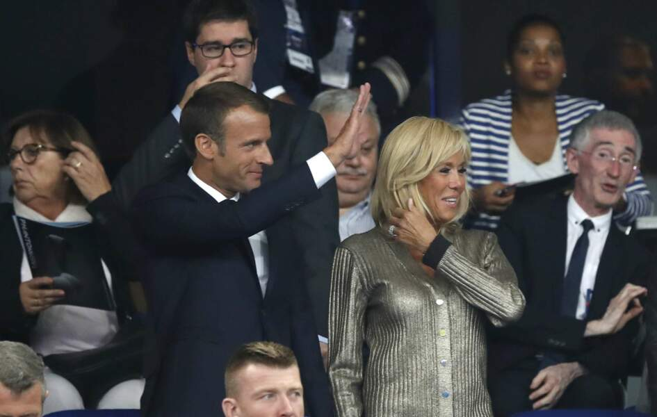 Le président et son épouse Brigitte Macron, dans un joli haut signé Louis Vuitton