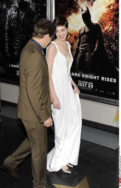 Anne Hathaway et Gary Oldman. Catwoman attire le regard du commissaire.