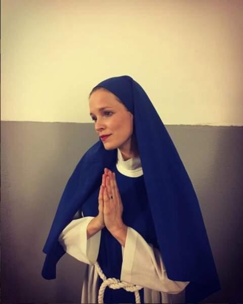 Ici, elle a revêtu la tenue d'une religieuse