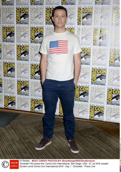 Joseph Gordon-Levitt, patriote avec son t-shirt, pour venir parler de Snowden, nouveau film d'Oliver Stone