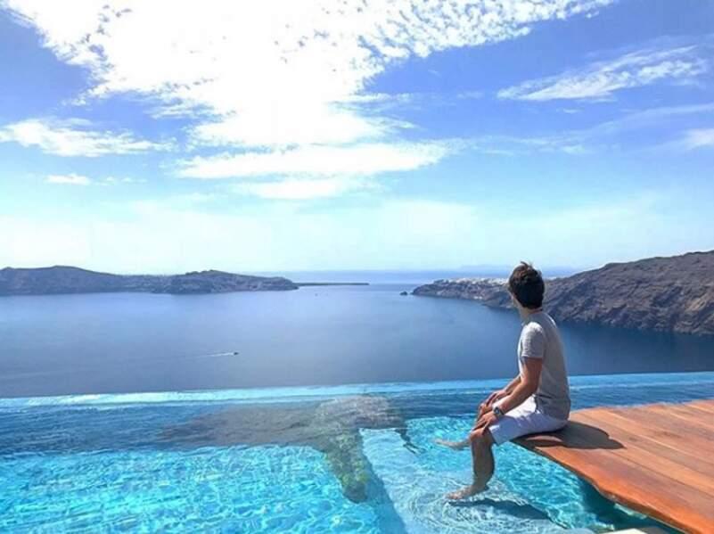 Que ce soit au bord d'une piscine à Santorin...