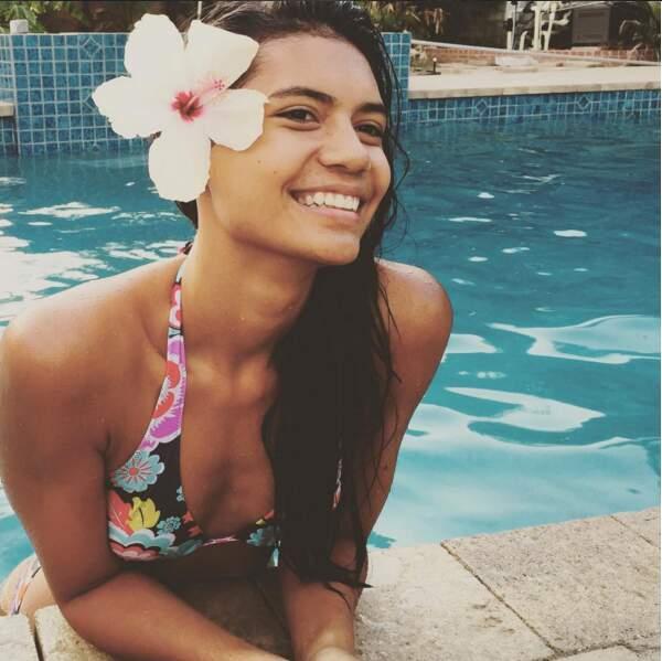 La fameuse fleur tahitienne lui va à merveille