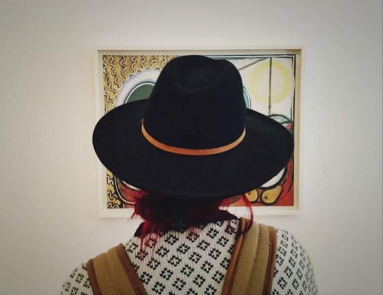 Shy'm non plus ! Notons aussi que dans les musées, elle préfère immortaliser son chapeau que les oeuvres !