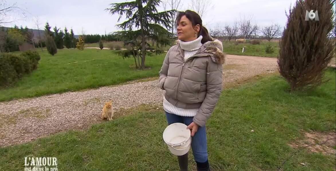 Le chat attendrait-il que Laetitia lui donne quelques graines ?