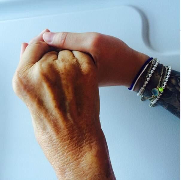 Adorable photo : Caroline qui tient la main de sa grand-mère.