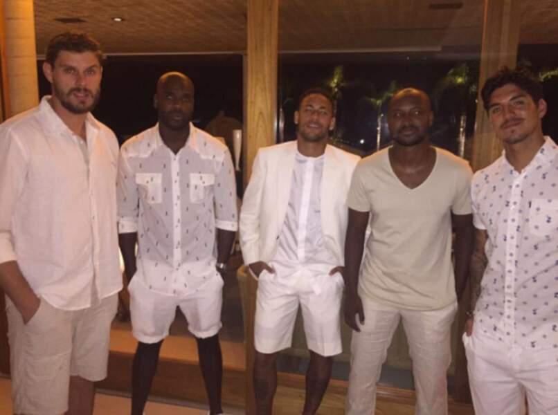 Pour le réveillon, Neymar et ses amis avaient un dress-code : tous en blanc !