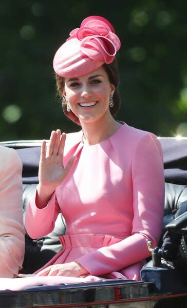 Kate Middleton maîtrise à fond le salut royal !