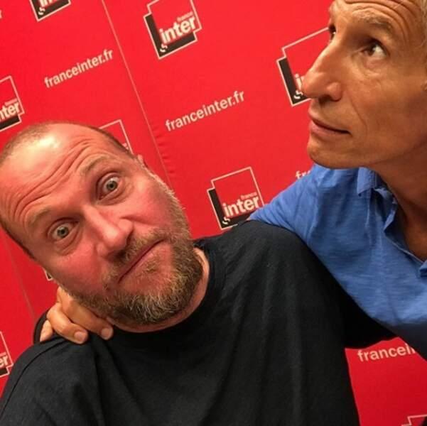 François Damiens est aussi rouge que le décor de l'émission de Nagui sur France Inter