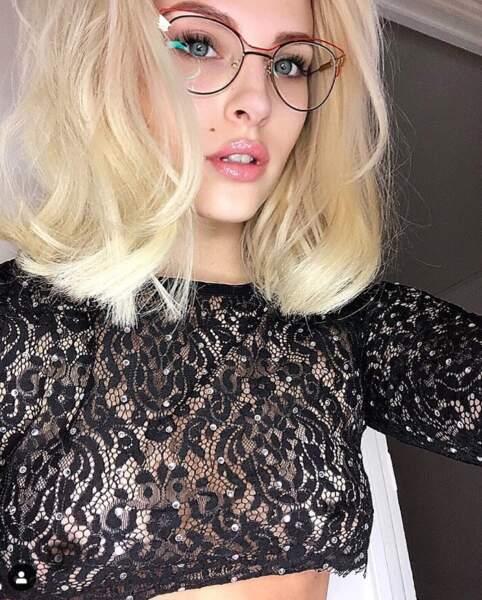 On adore les lunettes de Kelly Vedovelli.