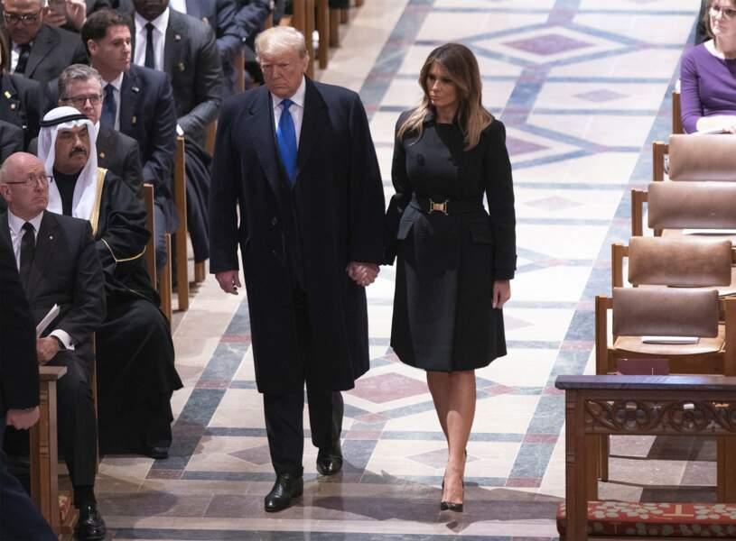Le couple présidentiel entre dans la cathédrale sous les regards de l'assistance