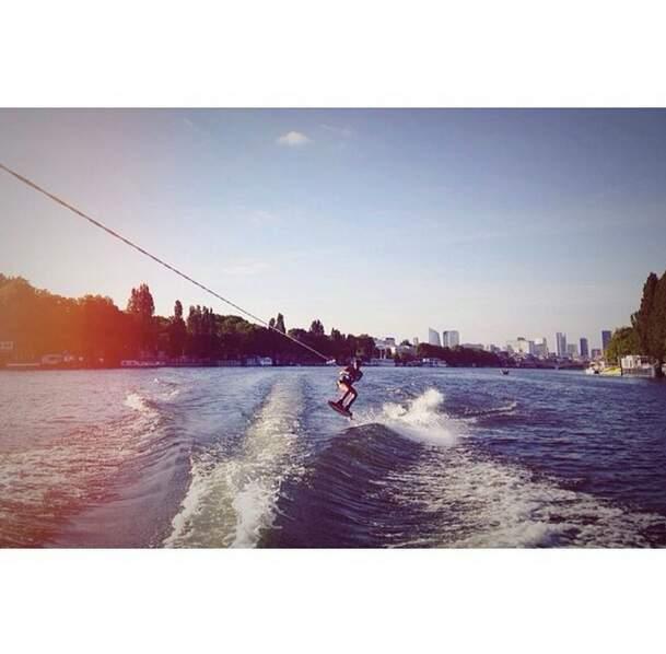 Toujours aussi casse-cou, elle s'est offert une séance de ski nautique