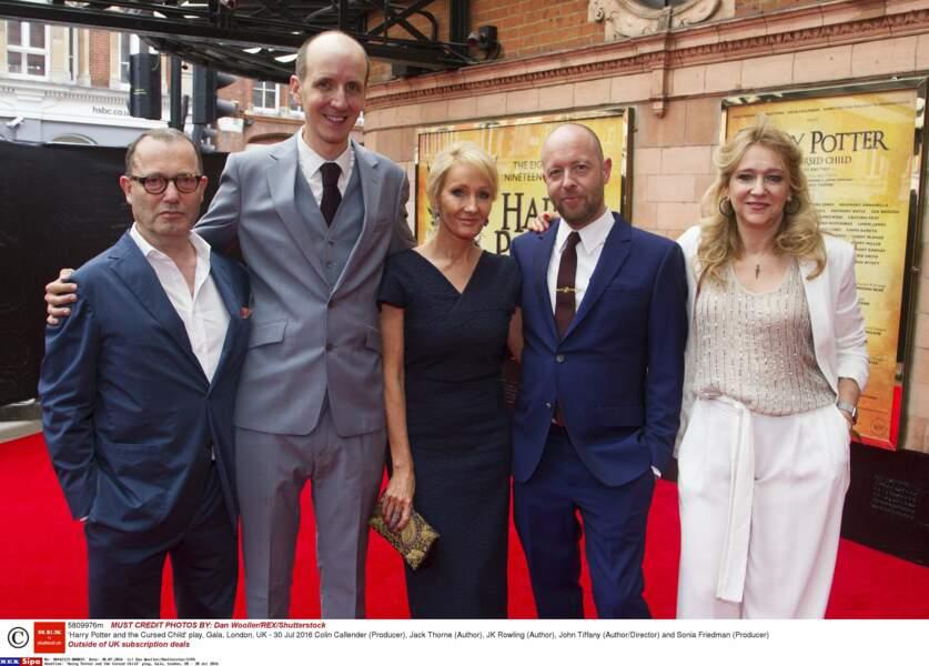 Elle a posé avec ses coauteurs et les producteurs de la pièce Harry Potter et l'enfant maudit