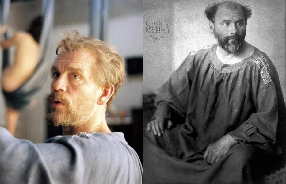 Il est Gustave Klimt, pour Raoul Ruiz. Capillairement parlant, on va dire que ça passe