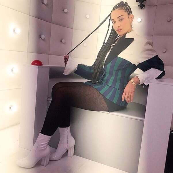 Camélia Jordana est très fière de ses chaussures.