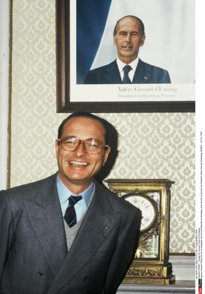 1981 : en pleine campagne pour la présidentielle, il pose avec humour sous la photo de celui qu'il veut détrôner