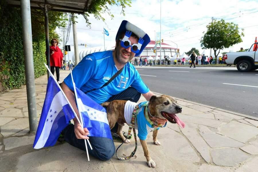 Mettre son chien aux couleurs de son équipe favorite : pas certain que Cristina Cordula valide !