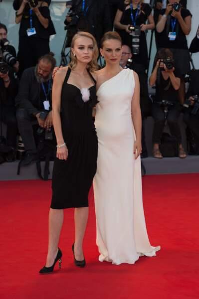 Lily-Rose Depp pose avec Natalie Portman sur le red carpet de Planetarium.