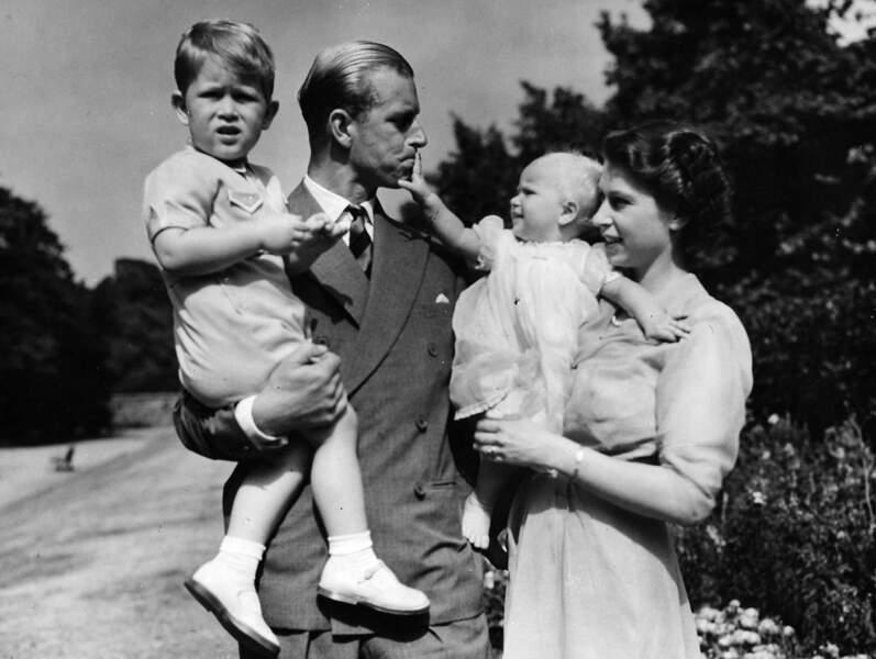 En 1951, le couple pose avec ses deux enfants Charles et Anne, née en 1950