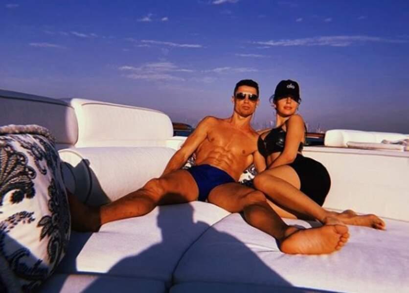 Le couple se prélasse encore au soleil, sur un yacht